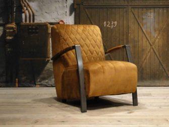goudkleurige fauteuil