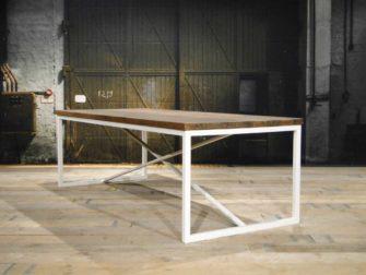 eiken tafel met wit stalen onderstel