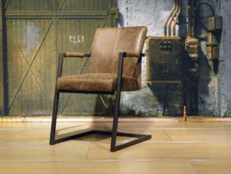 stoere bruine stoel