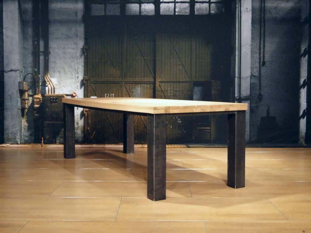 tafel met stalen blokpoten
