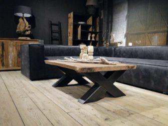 zwarte hoekbank met salontafel