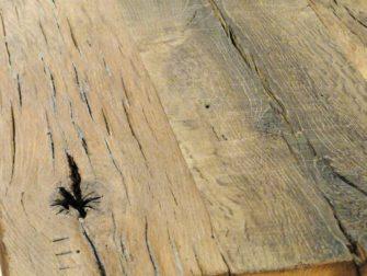 Tafel Annecy - hier getoond een (circa) 5cm massief uniek oud eiken blad, dit hout is verkregen uit oude gesloopte kroatische huizen. De meerprijs voor dit hout t.o.v. het reguliere eiken van 4cm is 20%