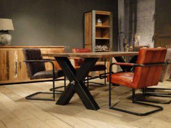 oud eiken tafel met stalen kruispoot